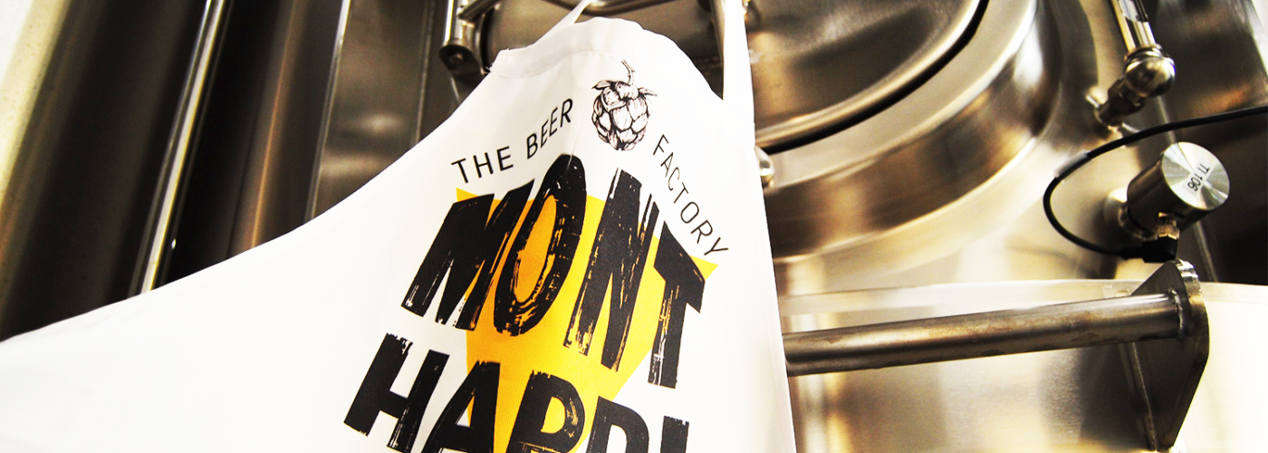 Tablier de brassage sur un fermenteur, comportant le logo de notre brasserie artisanale mayennaise Mont Hardi. N'attendez plus un instant pour découvrir nos bières craft.