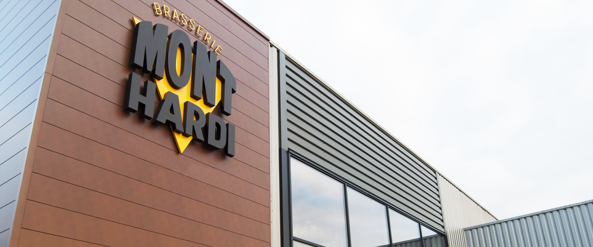 façade de notre brasserie artisanale Mayennaise Mont Hardi. Notre logo surplombe le devant de la brasserie.