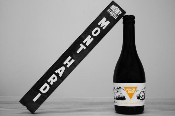 Notre caft beer nommée Punch'stone - Hopfenweisse - accompagné d'un support Mont hardi