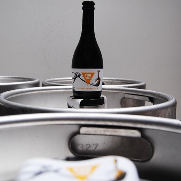 Bière et fûts Fog you, une American Pale Ale, la seconde bière de notre brasserie artisanale mayennaise.