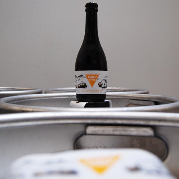 Bière et fûts Punch'stone ,une hopfenweisse, la première bière de notre brasserie artisanale mayennaise.